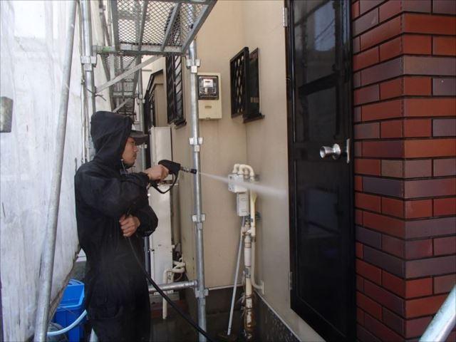 まずは高圧洗浄で外壁の汚れをしっかり落とします。