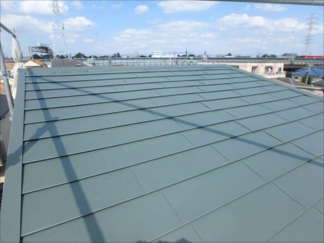 重ね葺きした緩勾配の屋根頂上部。緩い傾斜でも雨水がなめらかに流れる金属屋根で安心です。