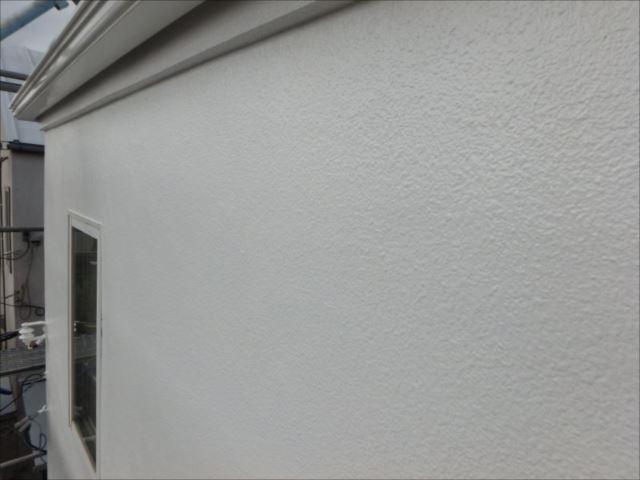 道路側の外壁は落ち着いたトーンの白です。