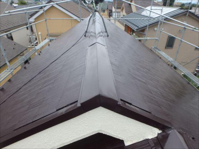 交換した棟包みも屋根と一緒に塗装。これで台風が来ても安心ですね。