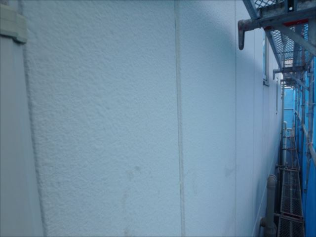 施工前の外壁。ALC外壁に吹き付けタイル塗装を行っています。