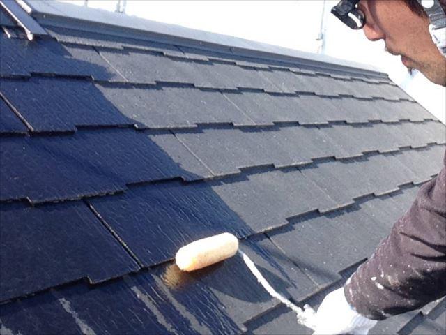 油性シーラーで屋根下塗りを行います。