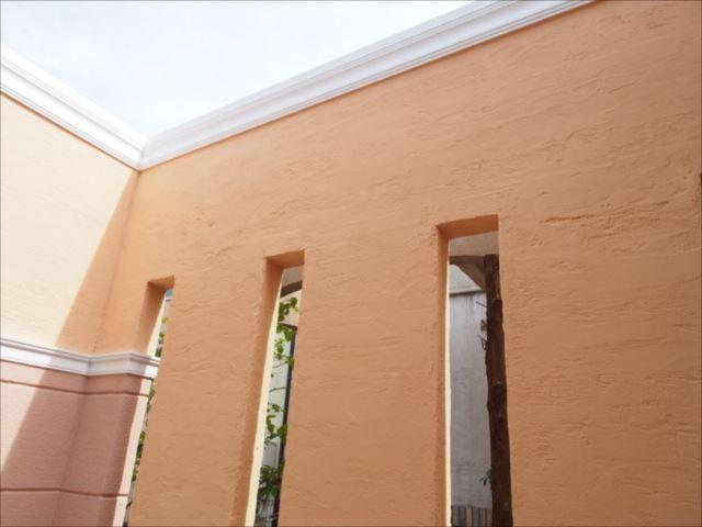 玄関前の壁はまるで生まれ変わったように綺麗になりました。