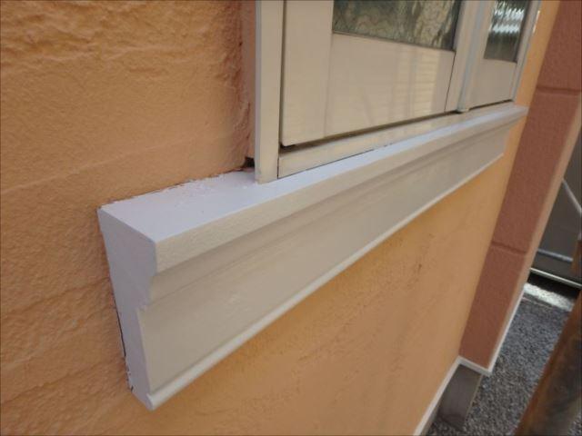 窓枠下の装飾枠も真っ白に塗りました。