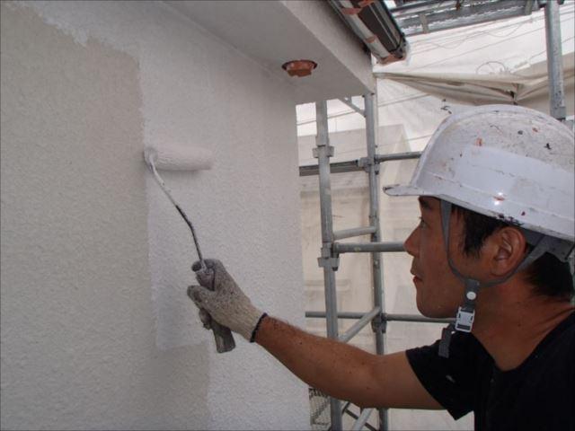 まずは外壁の下塗りを行います。専用のサーフェイサーを使用しています。