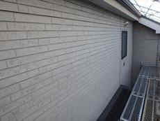 外壁は色褪せが進み、パネル表面の剥がれも散見されます。
