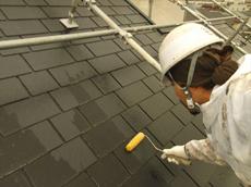 屋根の下塗りです。下塗りには色が無い透明な塗料(シーラー)を使用しています。