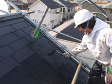 屋根の中塗りです。中塗りから遮熱塗料を使用します。