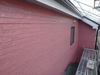 外壁は艶有り塗料のおかげでピカピカです。