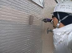 外壁の中塗り・上塗り中。