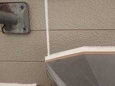 塗装前に目地や窓枠・出窓廻りのシールを打ち替えます。