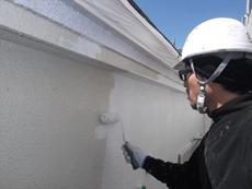 外壁の下塗りです。丁寧に下塗りをしていきます。