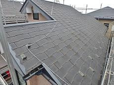 屋根は年数が経ち塗膜劣化が激しい状態です。