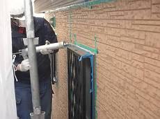 サイディング外壁はまず目地シールの打ち替えを行います。