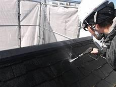 屋根の高圧洗浄中です。