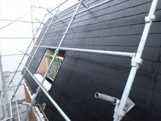 裏側の屋根はこんなに急勾配。塗装作業もたいへんです。
