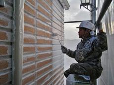 外壁の下塗りです。目地部分を先にハケで塗ることを「ダメ込み」と呼びます。その後に全体をローラで塗っていきます。