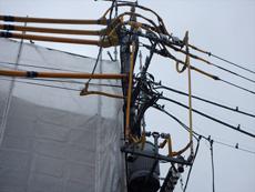 足場を組む前に東京電力さんに連絡し電線防護管取り付けをお願いしました。感電防止措置です