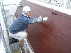 屋根の上塗りです。屋根もイメチェンでチョコレート色にしました。