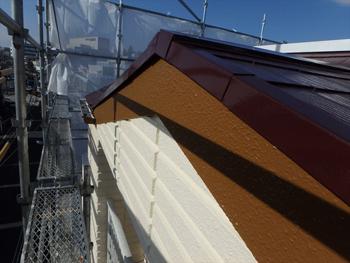 破風板は外壁のアイボリーと屋根のチョコレートのバランスを考えて色を選定。見事なグラデーションになっています。