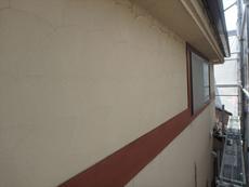 外壁は劣化が進み、細かなクラックが散見されます。