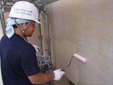 外壁の下塗りです。透明な「シーラー」と呼ばれる材料を使用しました。