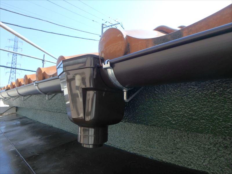 軒樋にから竪樋(たてどい)繋げる「集水マス」を設置します