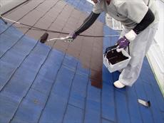 屋根の中塗りです。この後に同じ塗料で上塗りを行います。3回塗りによって耐久性がアップします。
