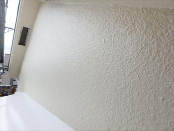 眩いばかりに輝きを放つ外壁は淡いアイボリー。優しい印象です。