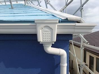 雨樋は真っ白に塗りました。屋根と外壁に良く合います。