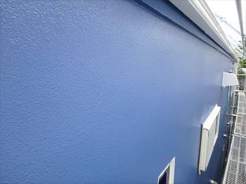 道路とは反対側の外壁は鮮やかなブルー。艶有りがいい感じです。