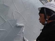ジョリパット外壁は初めての塗り替えの場合、塗料の浸透量が多い為2回塗り後も塗り残しを入念にチェックします。