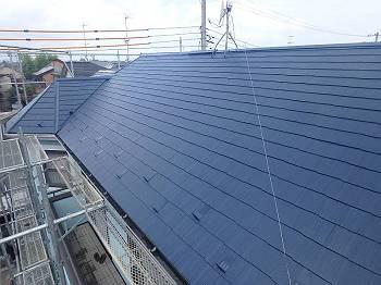 屋根はネイビーです。塗膜が更新されツヤが戻りました。