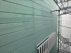 外壁・塀はグリーンで塗装されています。10年が経過して年数相応の劣化が見られます。