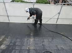 塗装前に外壁とともに高圧洗浄を行い、コケ等を落とします。