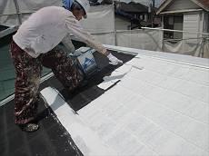水性クールタイトシーラーで下塗りを施します。