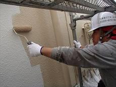 最後に弾性塗料の上塗り剤を2回塗って仕上げます。合計5回塗りの弾性塗装仕様の出来上がりまです。