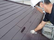 上塗り塗装中です。 同じ遮熱塗料を2度塗りすることにより遮熱性能と耐久性がアップします。