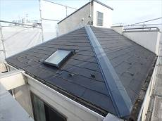 施工前の屋根。塔屋と屋根の取合い部分より雨漏りが発生するそうです。