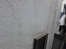 あちこちに見られる外壁のクラック補修痕。
