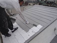 屋根の中塗りの様子。 遮熱性能の高いグレー色で塗りました。