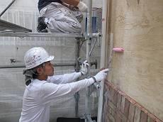外壁の下塗りには「ガッチリ浸透プライマー」を使用。しっかりと壁面に浸透させます。