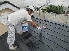 その後に下塗りを開始。専用シーラーを塗っています。
