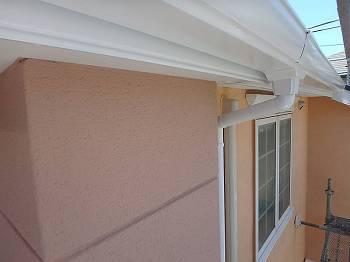 柔らかい輝きを放つ外壁と真っ白な雨樋。素敵な組み合わせです。