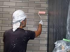 2階の塗装が終わると、養生を外して1階外壁を塗装します。クリアー塗装の2回塗りです。