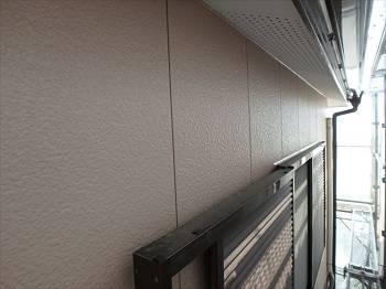 施工後の外壁です。軒裏は白系で塗装。施工前より色みと光沢が増しています。
