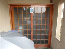 木製の玄関引戸。ガラス面積が大きいため、夏は閉めきっていても玄関内がとても暑くなるそうです。