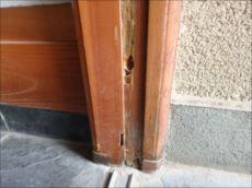 枠には腐朽により穴が開いている箇所がチラホラ。最初はシロアリ被害かと心配されたようです。