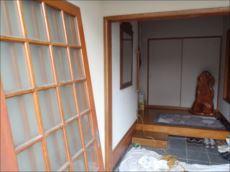 古い引戸本体を外し既存の枠に新しいカバー枠を取付けます。