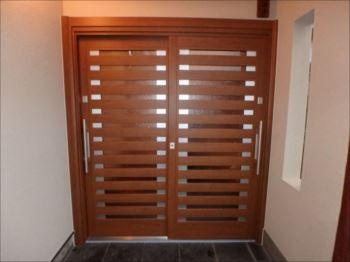 室内側から見た新しい玄関引戸。大きな取手がとても便利そうです。